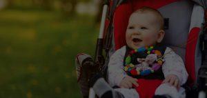 Glückliches Kind im Kinderwagen
