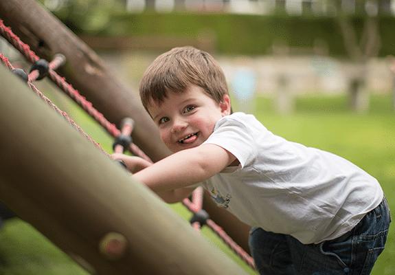 Spielendes Kind auf dem Klettergerüst von Monikas Ferienhof